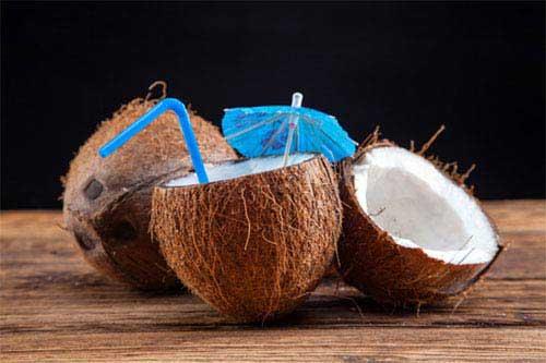 Kokosnuss Wasser trinken